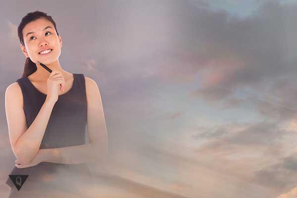 девушка мечтает на фоне облаков