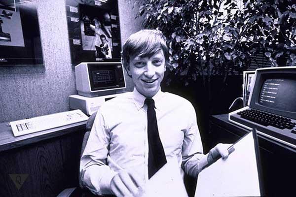 Молодой Билл Гейтс на фоне компьютера