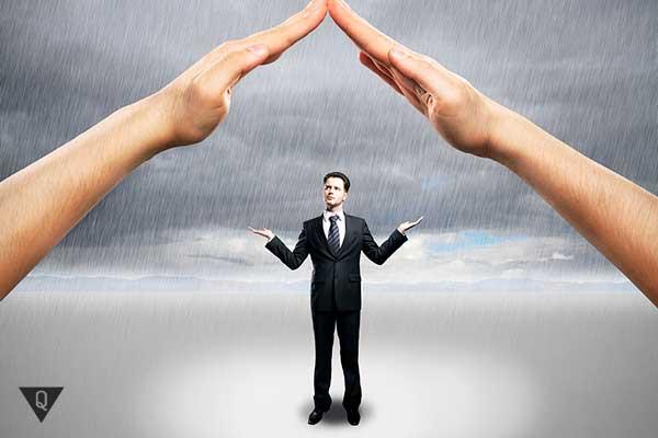 руки закрывают человека от дождя