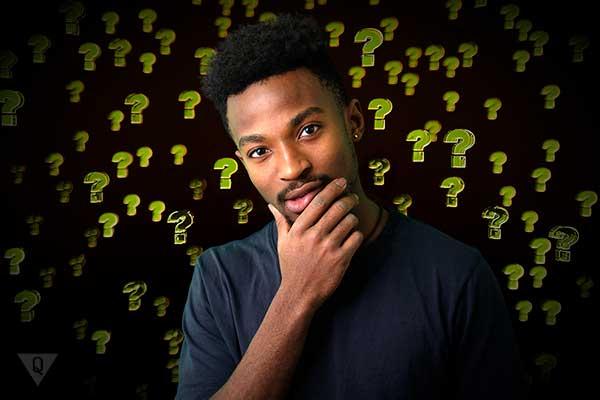 мужчина сомневается на фоне нарисованных вопросов