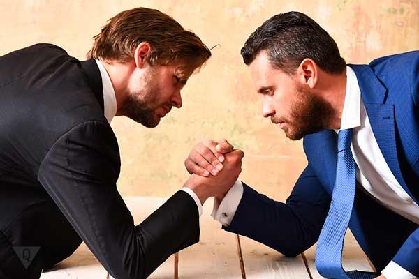 2 бизнесмена борятся на руках