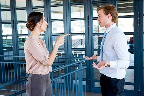 девужка ругает мужчину в офисе