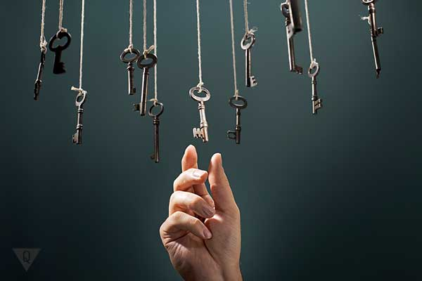 рука тянется за нужным ключём