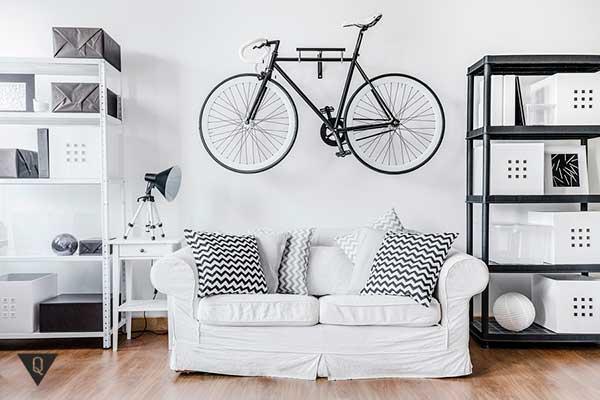 комната оформлена в минималистическом стиле