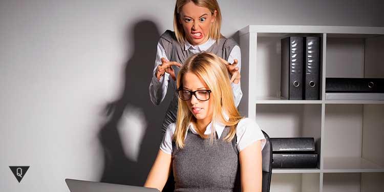 девушка хочет напасть на работе на коллегу