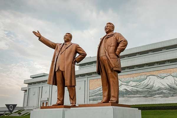 памятник северокорейским лидерам