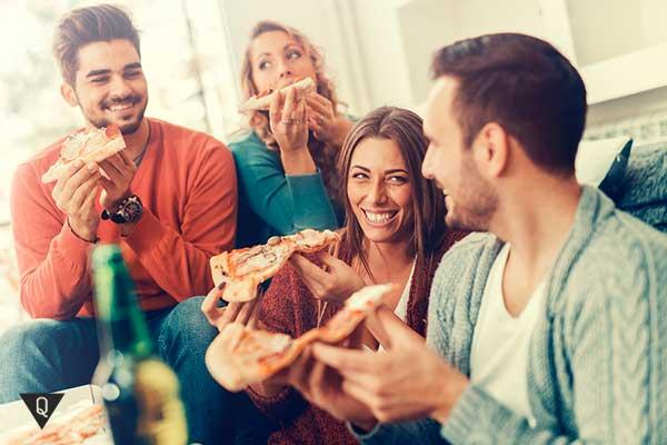 друзья едят пиццу