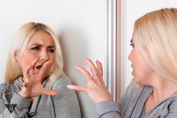 женщина позирует перед зеркалом