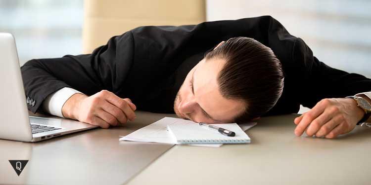 мужчина уснул на рабочем месте