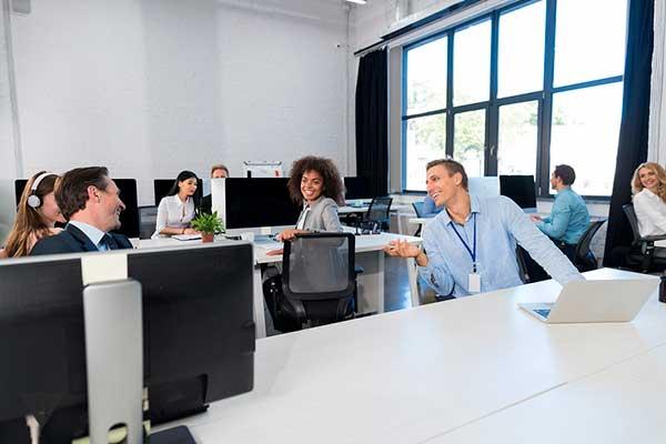 люди общаются в офисе