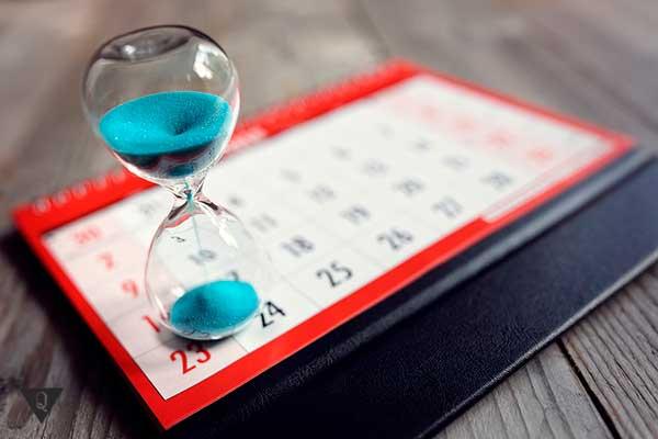 песочные часы стоят на календаре