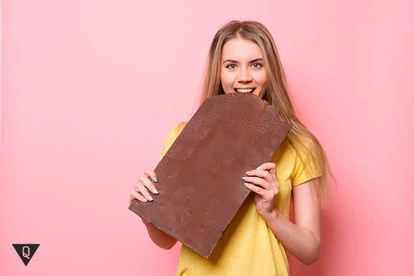 девушка есть большую шоколадку