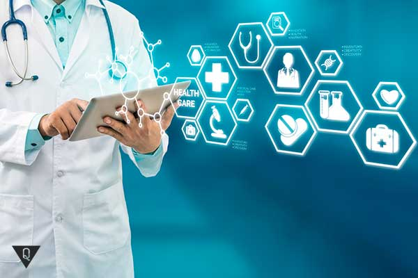 доктор в белом халате с планшетом