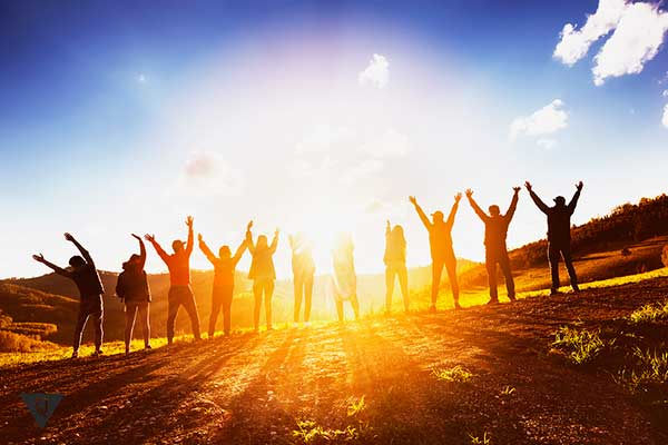 группа людей встречает рассвет