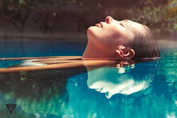 девушка лежит в воде