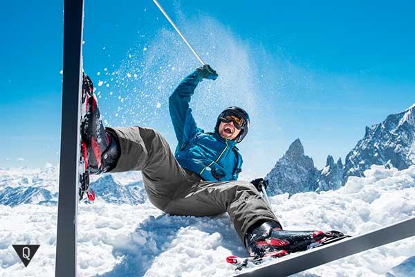 счастливый мужчина на горных лыжах