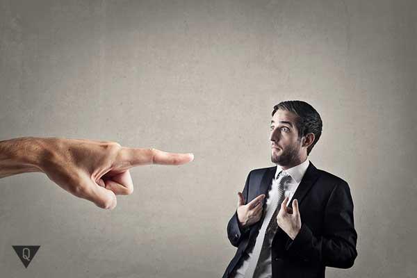 мужчину обвиняют и указывают на него плаьцем