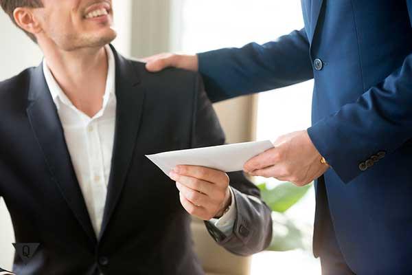 мужчине передают конверт