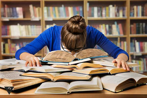 девушка спит на книгах