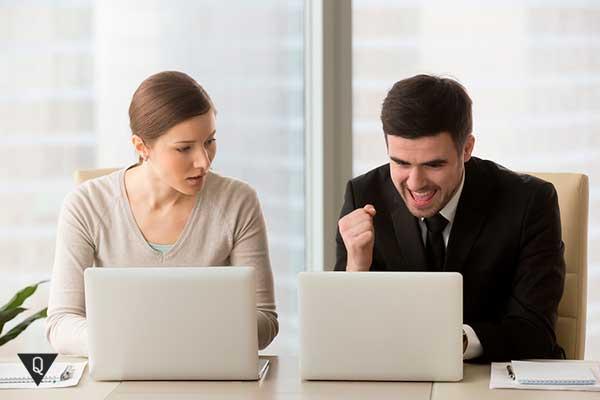 девушка завидует коллеге мужчине