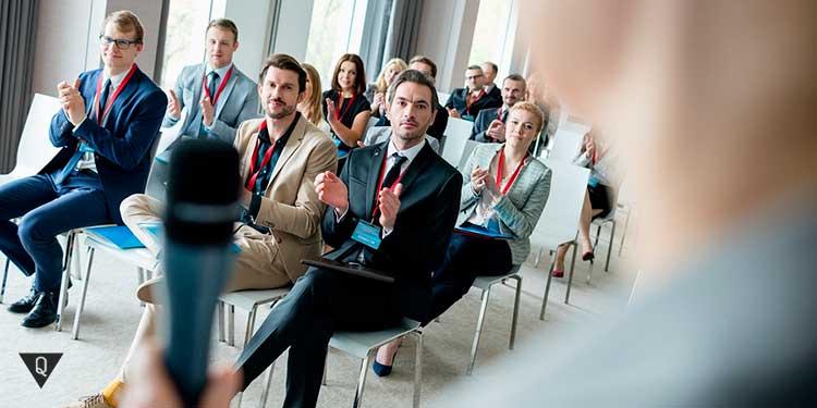 аудитория аплодирует оратору