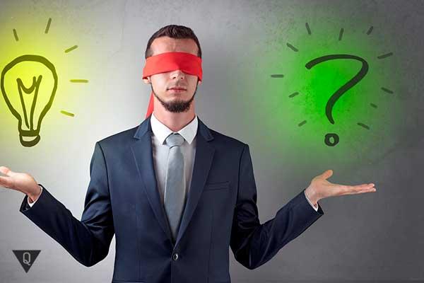 мужчина думает над идеей и вопросом