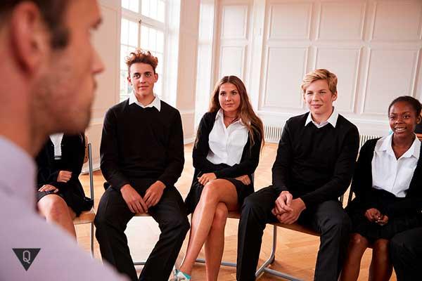 преподаватель перед студентами