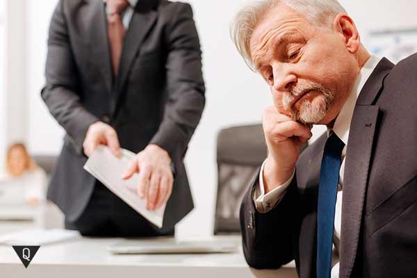 безразличный сотрудник в офисе