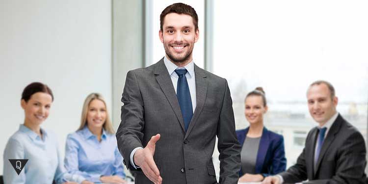 Офисные сотрудники протягивают руку