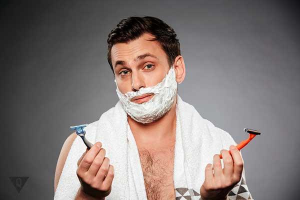 мужчина не может выбрать бритву