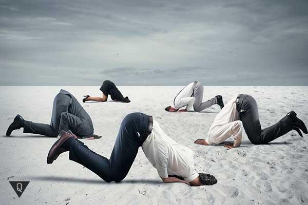 бизнесмены зарыли голову в песок