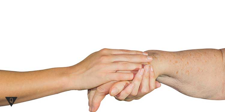 женские руки обнимают руку пожилого человека