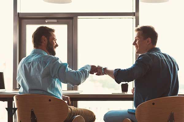 2 друга сидят в кафе