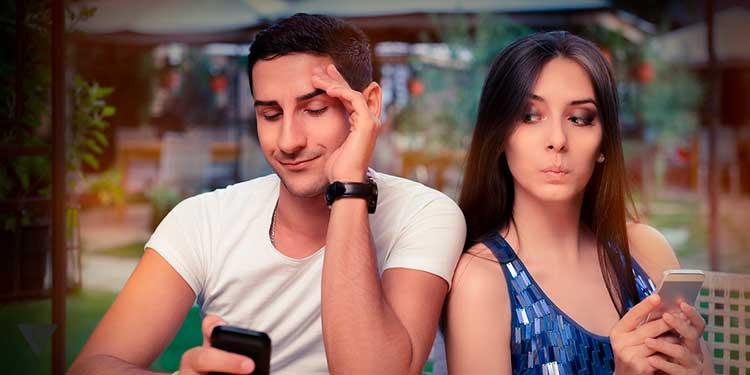 девушка подглядывает в телефон парня