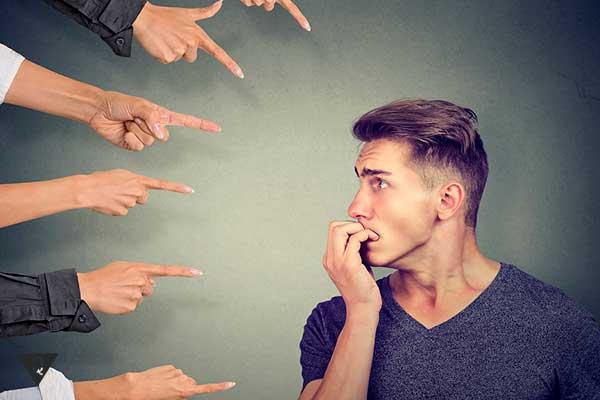 мужчине стыдно и на него показывают пальцами