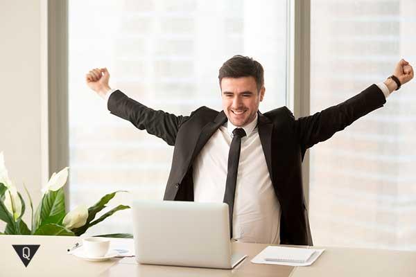 Счастливый бизнесмен поднимет руки