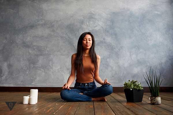 Девушка азиатка медитирует