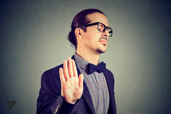 Мужчина в очках обижается