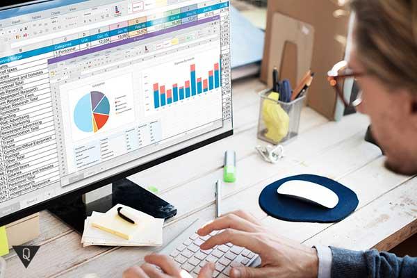 Мужчина работает с электронными финансовыми документами