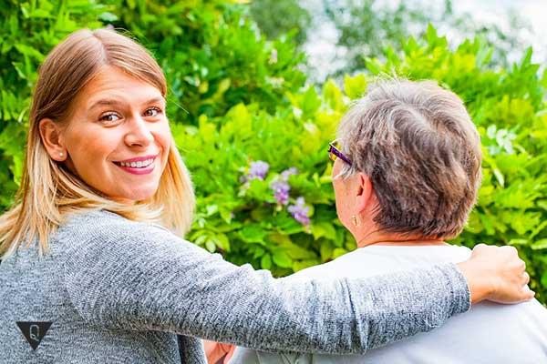Дочь с пожилой мамой на природе