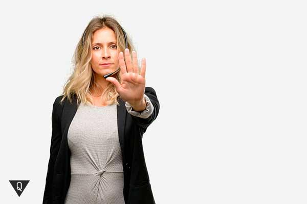 женщина показывает рукой стоп