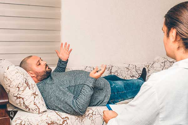 Психолог проводит консультацию мужчины
