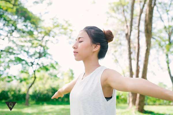 Девушка занимается на природе