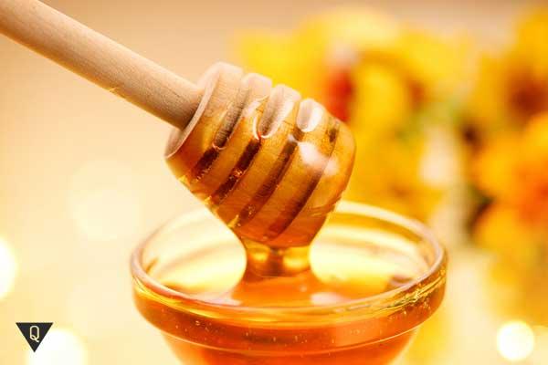 Желтый мед в пиалке