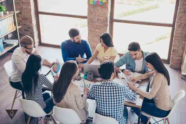 Компания людей общается за столом