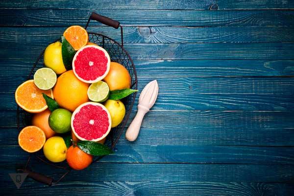 Фрукты оранжевого цвета на столе