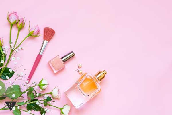 Косметические средства на розовом фоне
