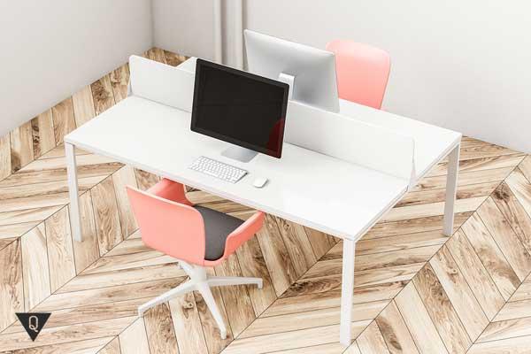 Светлый офис с розовыми стульями