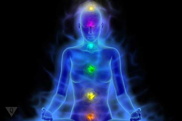 медитирует девушка, подсвечены чакры