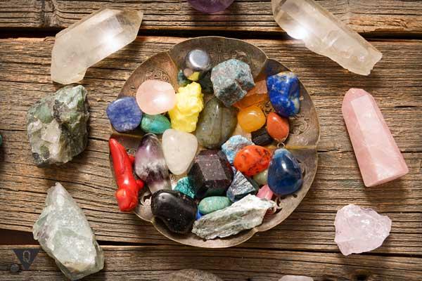 разноцветные камни, символизирующие разные ценности